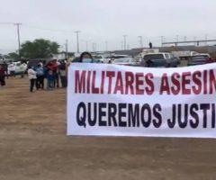 Familiares de presuntos sicarios abatidos protestan ante el presidente López Obrador
